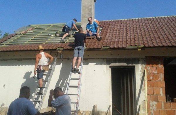 A legnagyobb anyagi terhet, a komplett tető kivitelezését a segélyszervezet vállalta