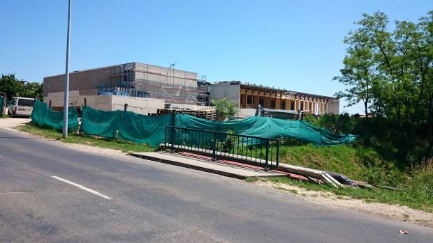 Június végére műszakilag elkészül Balatonfüreden a 33 méteres fedett medence, illetve a hozzá tartozó wellnessrészleg. Fotó: vk