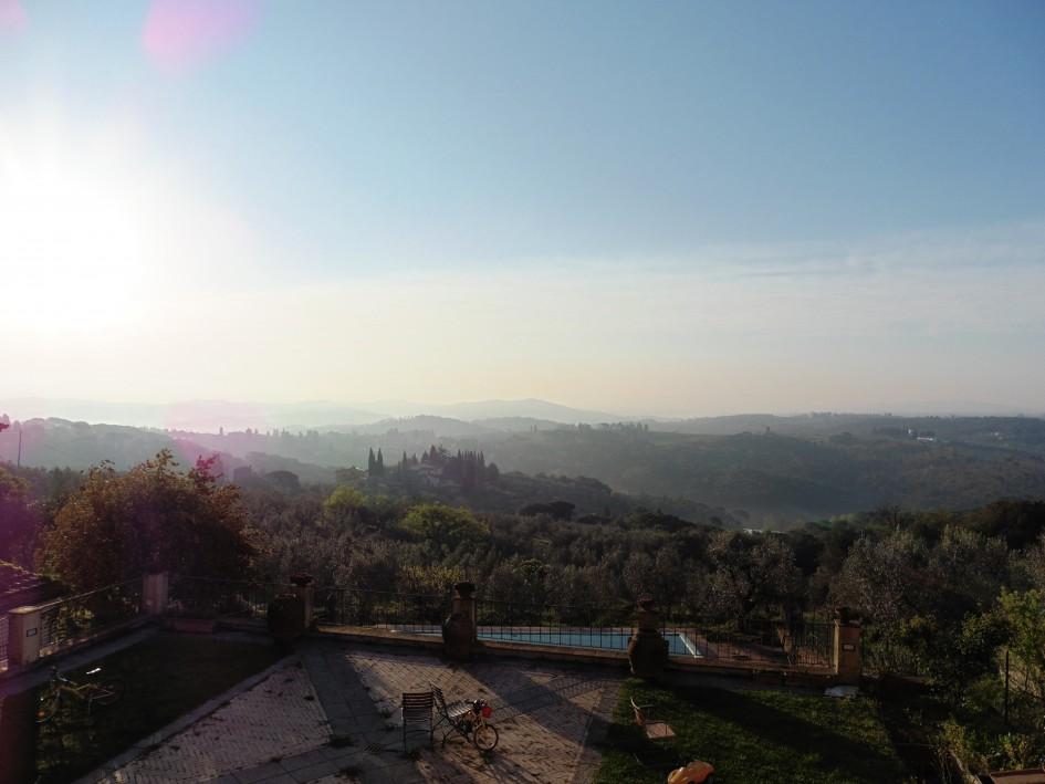 Pont olyan, mint a filmekben: előttünk Toszkána dombjai, minden dombon egy házcsoport ugyanabban a stílusban, a házakhoz ciprussor vezet, a domboldalakon és a völgyekben pedig olajfa- és szőlőültetvények végtelensége. Fotó: a szerző
