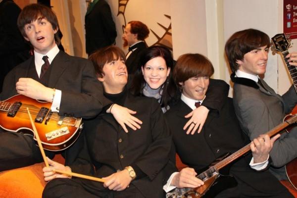 Kovács Eszter a Beatles együttes tagjaival, igaz, csak viaszból készültek