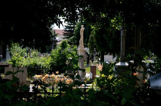 Ezentúl a temetőben magánvállalkozások nem tevékenykedhetnek, a kerítésen túl élhetnek a szabad vállalkozás európai alapjogával