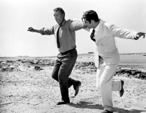 Anthony Quinn és Alan Bates a legendás, Zorba, a görög című filmben. Zorba alakja a görög méltóság jelképe