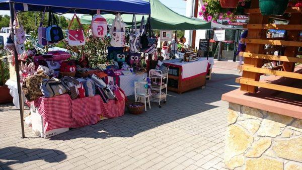 Piacukon elsősorban helyi termelők árulnak, kiemelt partnereik az Éltető Balaton-felvidékért Egyesület védjegyes termelői