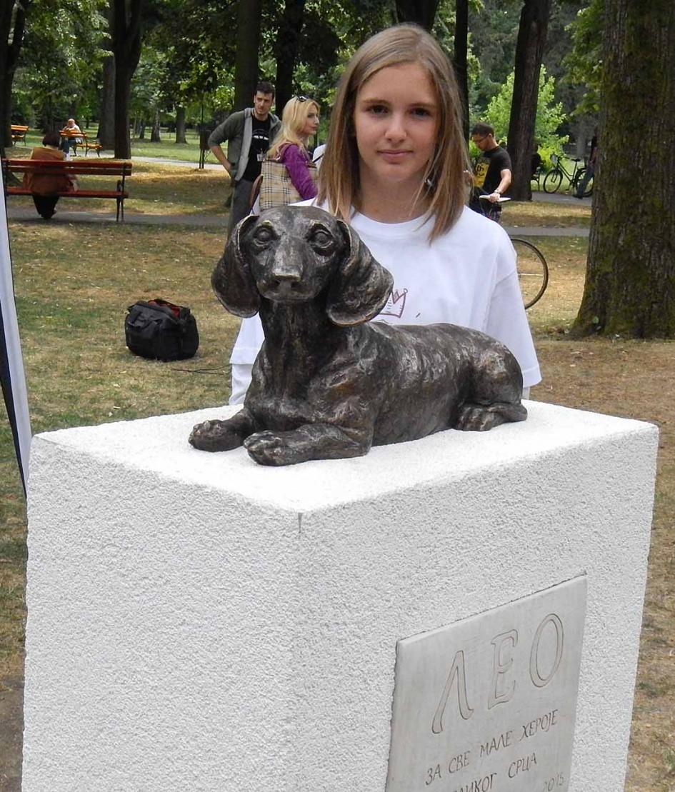 Nikolina Vucetic Leo szobrával. A tacskó mentette meg az életét