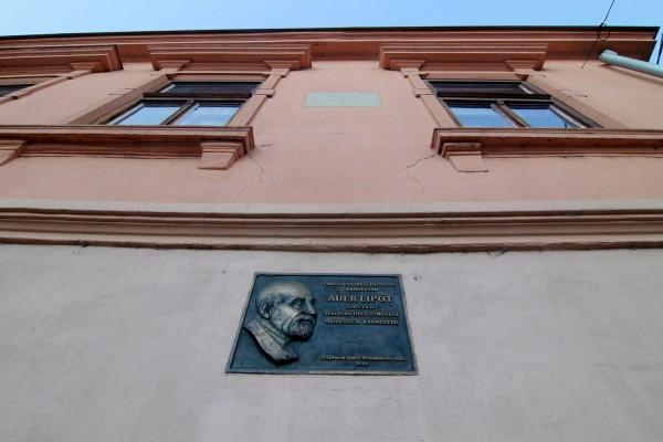 Emléktábla a veszprémi szülőházon. Itt született 1845-ben korának egyik legnagyobb hegedűművésze és tanítómestere. Fotó: Nagy Lajos