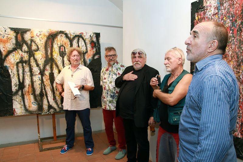 A kiállítást Zalán Tibor (balról) nyitotta meg.  Mellette Wahorn András, feLugossy László, ef Zámbó István és Nagy Károly. Fotók: Nagy Lajos