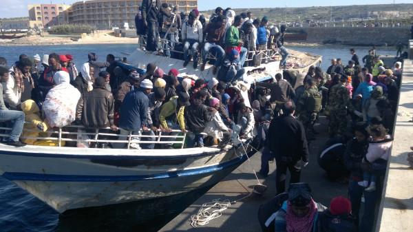Hajnalban érkeznek az elcsigázott emberekkel a csónakok, hajók Máltára