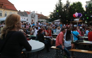 SZÓRAKOZÁS – Remek zene kiváló borokkal az Óváros téren