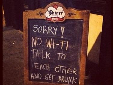 """""""Sajnáljuk, itt nincs wifi. Beszélgessetek egymással és rúgjatok be!"""" – hirdeti tábláján egy külföldi pub. Fotó: illusztráció"""