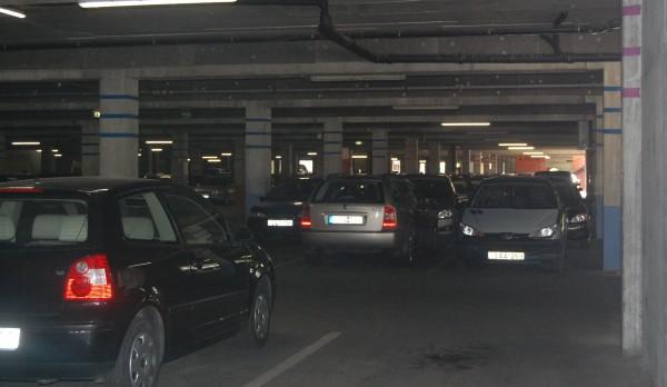 Közel félórás keringés, dudálás, tolatgatás árán sikerül csak munkanapon szabad parkolót találni a 400 férőhelyes parkolóban a Balaton Plázában