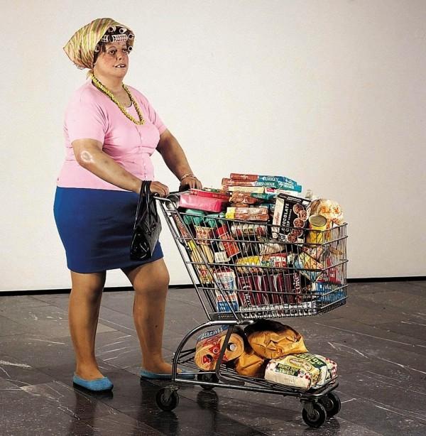 Illusztráció: Duane Hanson amerikai szobrász Nő bevásárlókocsival című alkotása