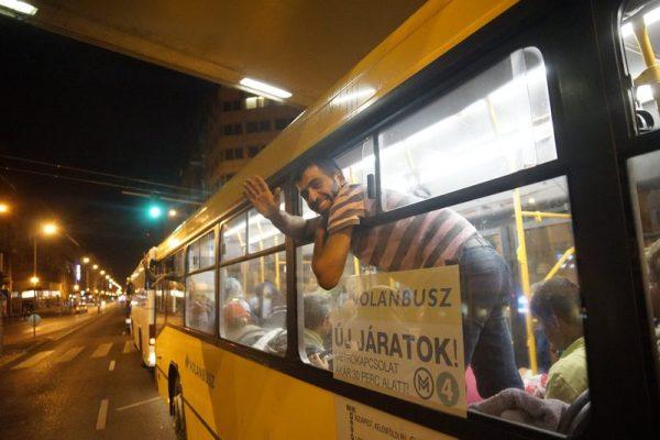 Egy menekült integet a buszból a fõvárosi Keleti pályaudvarnál. Mti-fotó: Balogh Zoltán