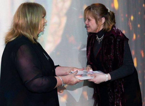 Sasvári Daniella (jobbról) átveszi a díjat