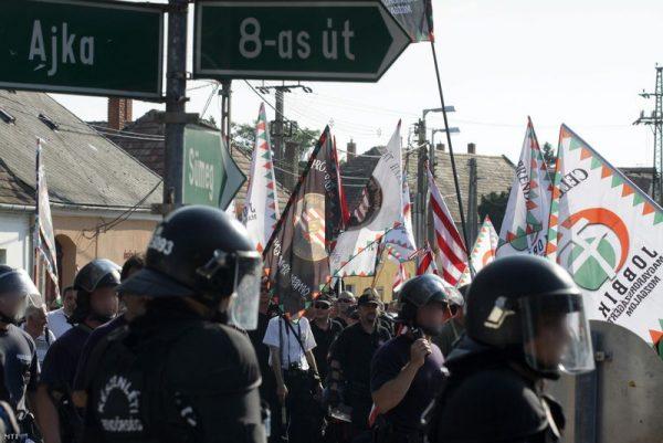 Demonstrálók vonulnak fel Devecserben 2012. augusztus 5-én. Fotó: Nagy Lajos
