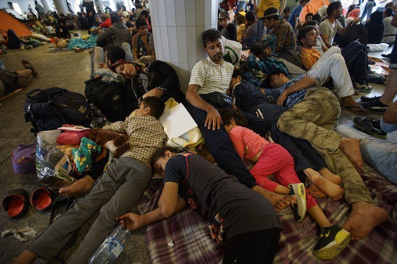 Menekültek a budapesti Keleti pályaudvar előtt 2015 szeptemberében. Mti-fotó: Balogh Zoltán
