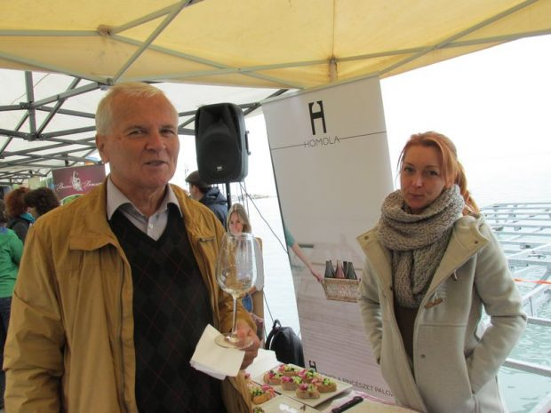Jásdi István ismert borászt a szomszédos Homola Pincészet standján kaptuk lencsevégre. Összefogásban az erő