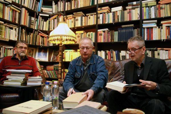 Spiró Györggyel (középen)  Brassai Zoltán  (balról) beszélgetett. Jobbról Molnár Sándor házigazda, az antikvárium tulajdonosa. Fotó: Nagy Lajos