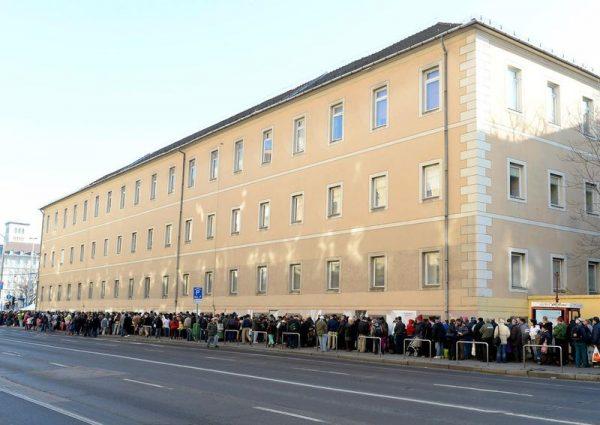 Ételért sorban állók a fővárosi Blaha Lujza téren. Csaknem négymillió ember a létminimum alatt él Magyarországon. Mti-fotó