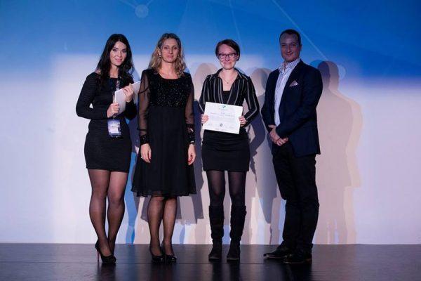 Klausz Melinda (jobbról a második) az elismeréssel