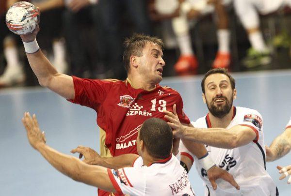 A veszprémi Momir Ilic (balról) és Igor Vori, a francia csapat játékosa a férfi kézilabda Bajnokok Ligája A csoportjának 9. fordulójában vívott MVM Veszprém–PSG mérkõzésen. Mti-fotó: Kovács Anikó