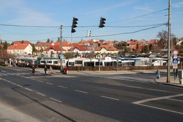 Az autóbusz-pályaudvar a jelenlegi helyén állítólag többe kerül és több kárt okoz, mint amennyi hasznot hajt. Fotók: Nagy Lajos