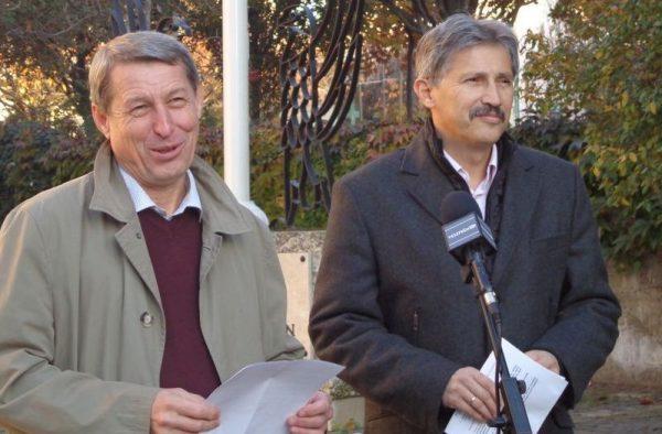 Hartmann Ferenc (MSZP) és Katanics Sándor (DK) önkormányzati képviselők kedden a városháza előtt tartottak sajtótájékoztatót