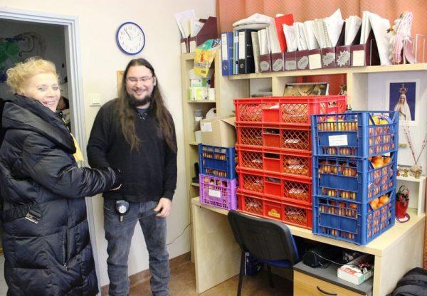 Csajághy Izabella, a Gizella Királyné Klub Nemzeti Segítő Szolgálat elnöke átadja a klub ajándékát a hajléktalanszálló gondnokának