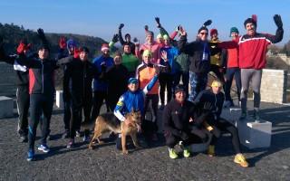 Brúnó kutya együtt a csapattal