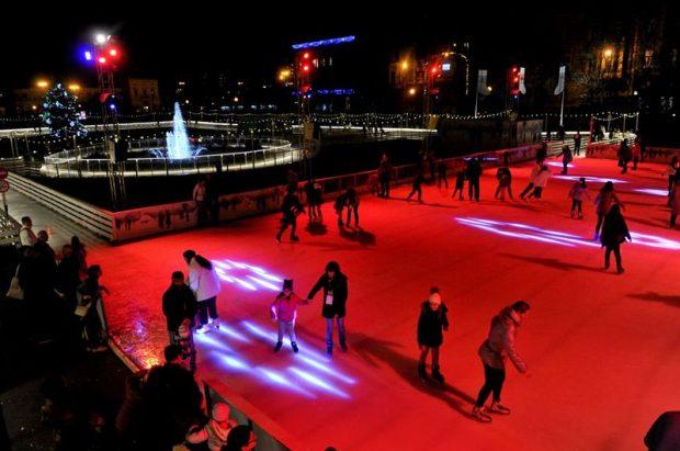 A Zágráb főterén működő szökőkutat fényben tündöklő jégpálya öleli körül