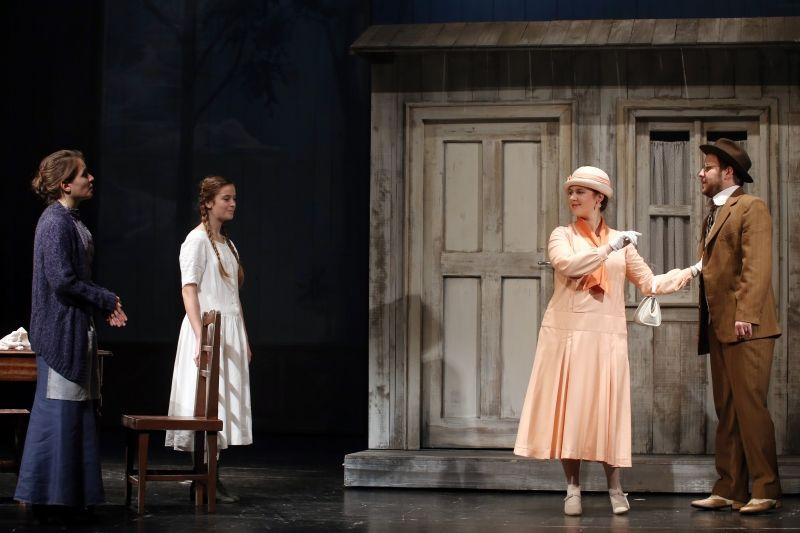 Egy jelenet képe a Petőfi Színház Liliom-előadásából. A kritika segíthet utólag is rekonstruálni az előadásokat. Fotó: Petőfi Színház