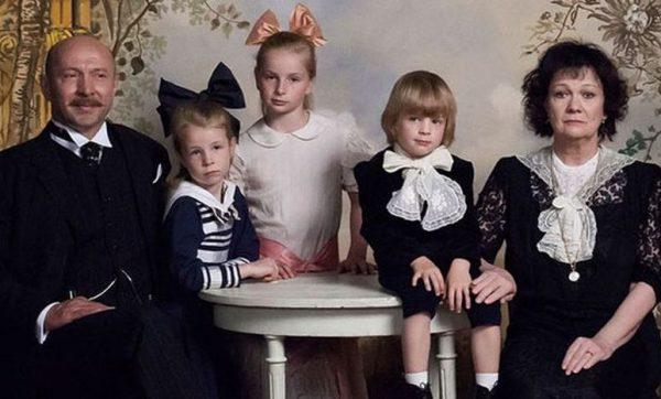 Családi fotó a filmből: apa, anya és a gyerekek, Lengyel Ferenc, Buvári Villő, Buvári Kincső, Buvári Csege és Básti Juli