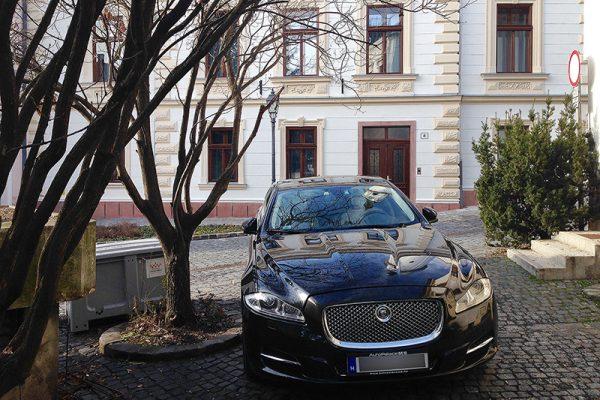 A városháza mellett parkoló kocsi szélvédője alatt ott volt a behajtási és a parkolási engedély