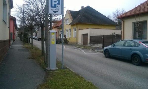 Az Ádám Iván utca egyirányú, így a parkolóhelyek az úttest jobb oldalán vannak, a parkolóautomata pedig az úttest bal oldalán. A gépek cseréje jó alkalom lett volna a korrigálásra