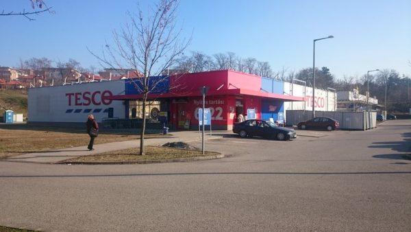 A Mártírok útjai Tesco Szupermarketben jelenleg is gőzerővel dolgoznak az igényesebb belső tér kialakításán és a szélesebb választékú áruház megteremtésén.  Fotó: a szerző