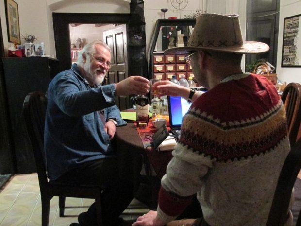 Centaurival (háttal) Lovason beszélgettünk. Szemben Fenyvesi Ottó költő, író, képzőművész