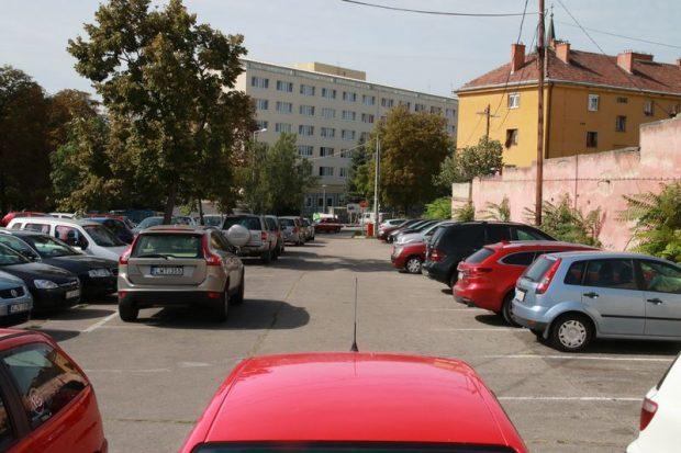 Egy nyári írásunkban is foglalkoztunk a kórház környéki parkolási gondokkal. A tervek szerint parkolóház épülne a Mártírok útján, a vérellátó mellett
