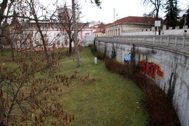 A városvezetés egy projekt keretében a Színházkert nyugati oldalán, az Óvári Ferenc utca és az Iskola utca határán lévő támfalnál 107 férőhelyes parkolóházat hozna létre