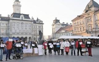 PETÁRDA – Csendes tüntetések a csendért