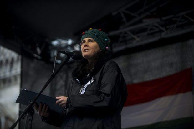 A fekete ruhás nõvérként ismertté vált Sándor Mária, a Magyarország a Magyar Egészségügyért Civil Társaság (MMECT) képviseletében szólalt fel. Mti-fotó: Marjai János