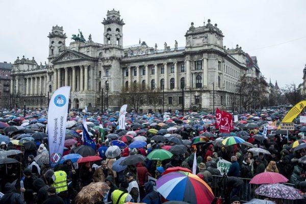 Résztvevõk a pedagógusok tüntetésén a budapesti Kossuth téren. A Pedagógusok Szakszervezetének demonstrációjához 48 szervezet csatlakozott. Mti-fotó: Marjai János