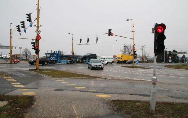 Az Almádi úti csomópont. Nyáron itt naponta tapasztalható közlekedési káosz, torlódás és baleset. Fotó: Nagy Lajos