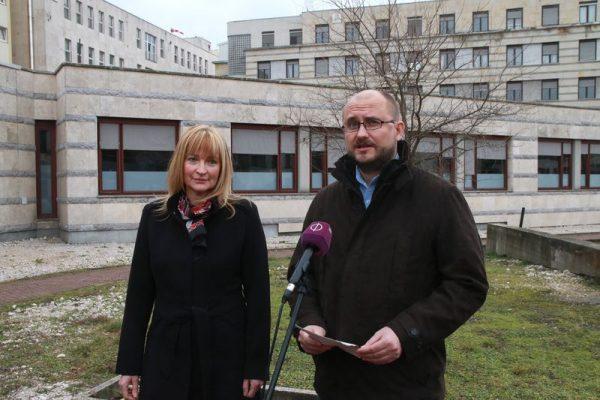 Ábrahám Júlia és Gerstmár Ferenc a megyei kórház előtt tartott sajtótájékoztatót. Fotó: Nagy Lajos