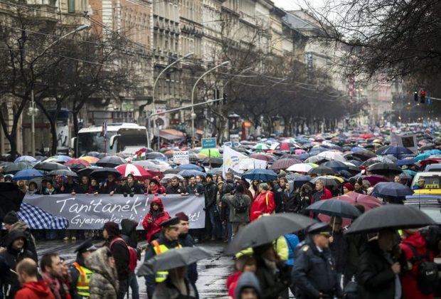 A demonstráció résztvevõi vonulnak Budapesten, a Teréz körúton. Mti-fotó: Mohai Balázs