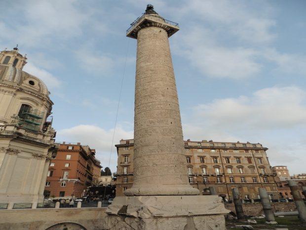 Traianus oszlopa a II. Viktor Emmanuel emléképülettel szemben