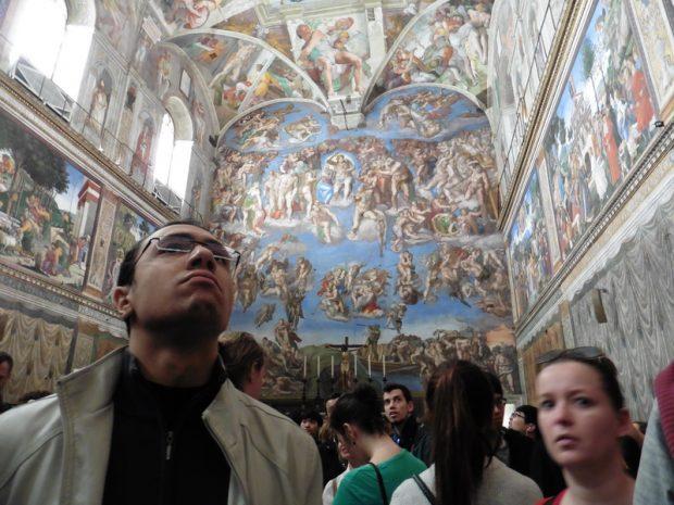 A Sixtus-kápolna, ahol tilos fotózni, de ki tud ellenállni ennek a csodának? A háttérben Michelangelo Az utolsó ítélet című, 17 méter magas és 13,5 méter széles freskója