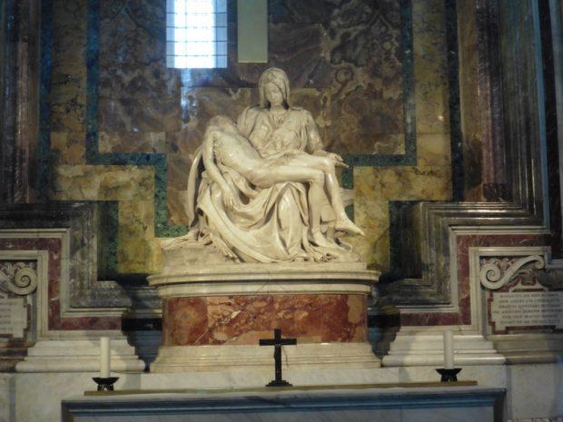 Michelangelo Piétája törhetetlen üvegfal mögött. Így is libabőrös lesz tőle az ember