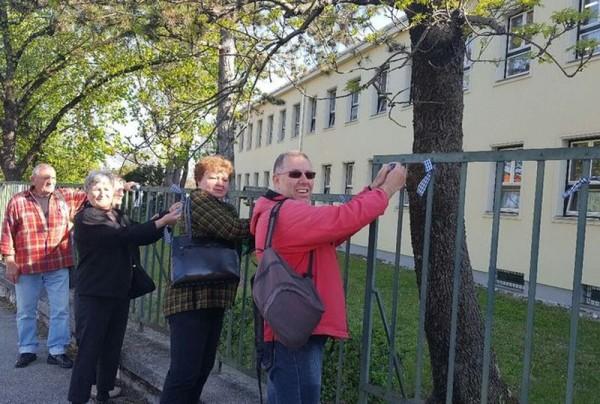 Kockás szalagot kötöttek múlt pénteken a Dózsa iskola kerítésére is