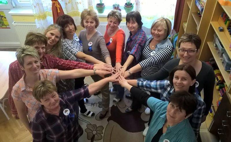 A veszprémi Hársfa tagóvoda sztrájkolóinak csoportja. A sztrájkban óvónők, pedagógiai asszisztensek és egy dajka is részt vett. Fotó: Facebook