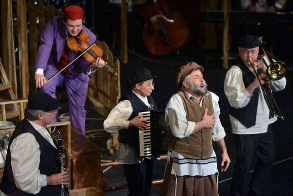 Hatalmas siker a Pannon Várszínház Hegedűs a háztetőn című előadása, amelyben közreműködik a Budapest Klezmer Band. Fotók: Pannon Várszínház