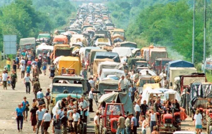 Szerb menekültek a Zágráb–Belgrád autóúton, 21 esztendővel ezelőtt